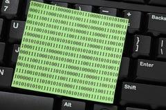Note de post-it avec le code binaire sur le clavier Photos libres de droits