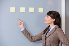Note de post-it de femme d'affaires Images libres de droits