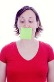 Note de post-it de jeune femme sur sa bouche Photos stock
