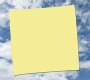 NOTE DE POST-IT SUR LE FOND DE CIEL Image libre de droits