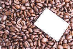 Note de post-it vide sur les grains de café organiques rôtis Photo stock