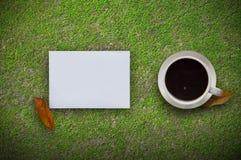 Note de tasse de café, d'ordinateur portable et de papier à l'arrière-plan vert Vue supérieure avec l'espace de copie Photo stock