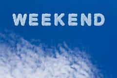 Note de typographie de week-end sur le ciel nuageux Beaux ciel bleu et nuage avec le mot de week-end photographie stock