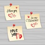 Note de Valentine Day Stickers Set Typography avec le texte et le Pin On Wooden Textured Background tirés par la main Photographie stock libre de droits