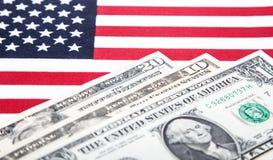 Note del dollaro sulla bandiera degli Stati Uniti Fotografia Stock Libera da Diritti