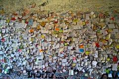 Note di amore attaccate sulla parete Immagine Stock Libera da Diritti