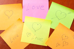Note di carta con amore e cuori Fotografia Stock