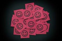 Note di carta rosse con i fronti felici Fotografie Stock Libere da Diritti