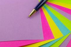 Note di colore con la penna blu Fotografia Stock