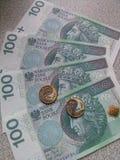 Note di contanti con le monete sulla tavola immagine stock libera da diritti