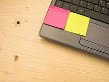 Note di Post-it in bianco su un PC del computer portatile Fotografia Stock