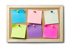 Note di Post-it in bianco su una bacheca del sughero Fotografie Stock Libere da Diritti