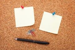 Note di Post-it in bianco sulla bacheca del sughero Fotografia Stock Libera da Diritti