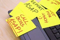 Note di Post-it su un PC del computer portatile Fotografie Stock