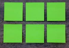 Note di Post-it verdi sui precedenti di legno Fotografia Stock Libera da Diritti