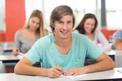 Note di scrittura dell'allievo maschio in aula Fotografia Stock Libera da Diritti