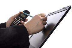 Note di scrittura dell'uomo d'affari su uno schermo attivabile al tatto Immagine Stock