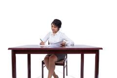 Note di scrittura della donna di affari al suo scrittorio Fotografia Stock