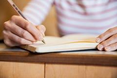 Note di scrittura della studentessa Immagini Stock