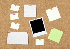 Note, documenti e foto di post-it su un corkboard Immagini Stock