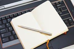 Note e computer portatile di affari fotografia stock libera da diritti