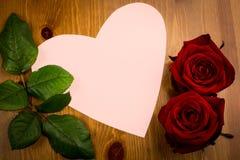Note en forme de coeur rose avec la feuille et la Rose Photo libre de droits