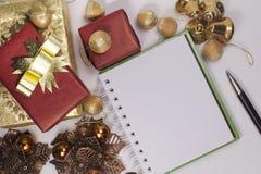 Note et boîte-cadeau blancs Photographie stock libre de droits