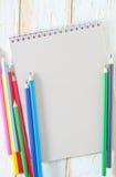 Note et crayons Photographie stock libre de droits