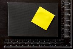 Note a etiqueta, o livro de nota e o quadrado do ` s do carpinteiro Fotografia de Stock Royalty Free