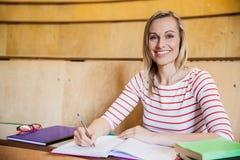 note felici di scrittura della studentessa Immagini Stock