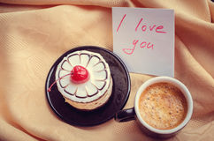Note I love you with cup of coffee and cake Royalty Free Stock Photography
