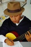 Note indigene di scrittura del giovane a musica con la chitarra, concetto di composizione Fotografia Stock