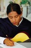 Note indigene di scrittura del giovane a musica con la chitarra, concetto di composizione Fotografia Stock Libera da Diritti