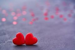 Note mit zwei rote liebevolle Herzen Rote Herzen der Paare als sy Stockfoto