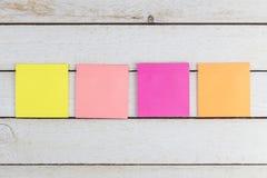 Note multi d'autocollants de papier de couleur sur le bois Photographie stock