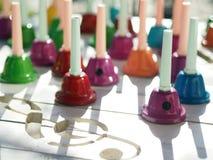 Note musicali e la Bell variopinta fotografie stock libere da diritti