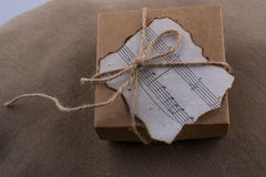 Note musicali su una carta bruciata su fondo marrone Fotografia Stock Libera da Diritti