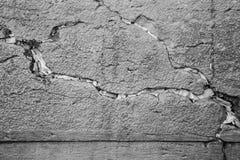 Note nello spazio vuoto delle pietre alla parete lamentantesi in bianco e nero Fotografia Stock Libera da Diritti