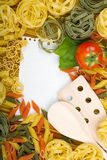 Note paper on Italian pasta background Royalty Free Stock Photography