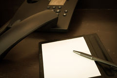 Note paper and pen on desk Royalty Free Stock Photos