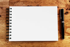 Note paper and pen on wood Royalty Free Stock Images