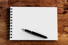 Note paper and pen on wood Royalty Free Stock Photography