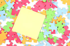 Note paper and puzzle Royalty Free Stock Photos