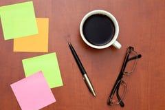 Note, penna e vetri di ricordo con la tazza di caffè Fotografie Stock Libere da Diritti