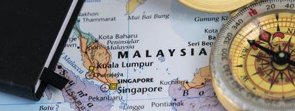 Note personali di un viaggiatore che progetta un viaggio in Malesia con la bussola immagini stock libere da diritti