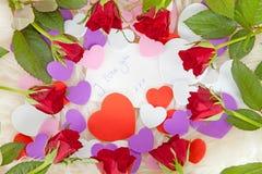 Note romantique avec des coeurs et des roses Photographie stock libre de droits