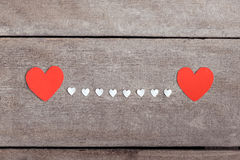 Note rouge de papier blanc avec la forme de coeur sur le backgroun en bois grunge Images libres de droits