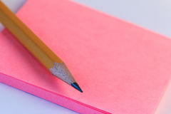 Note simple de crayon et de papier Note de papier rose de plan rapproché de croquis avec le crayon en bois Image stock
