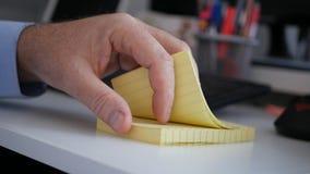 Note tecniche importanti di ricerca di Browsing Sticky Notes dell'uomo d'affari piccole e immagine stock libera da diritti