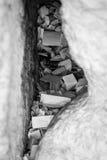 Note in una lacuna della parete lamentantesi in bianco e nero Fotografia Stock Libera da Diritti